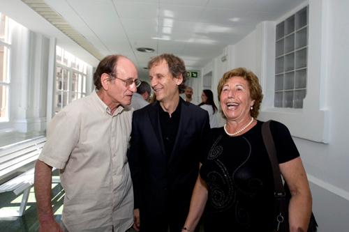 El Dr. Alcaraz con sus pacientes